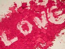 Close-up van liefde door rood oogschaduwpoeder wordt de geschreven, maakt omhoog, glamour, charme, manier die stock foto's