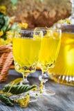 Close-up van likeur in glas van honing en kalk wordt gemaakt die royalty-vrije stock fotografie