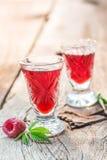 Close-up van likeur van frambozen en alcohol wordt gemaakt die royalty-vrije stock afbeeldingen