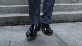Close-up van luxeschoenen, zakenman die, elegante rijke persoon beneden lopen stock videobeelden