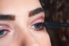 Close-up van make-upkunstenaar die de make-up van smokeyogen toepassen royalty-vrije stock foto