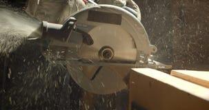 Close-up van malende machine wordt geschoten die de houten raad oppoetsen bij houten vervaardiging die stock video