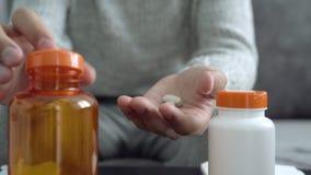 Close-up van man handen die pillen nemen stock video