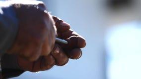 Close-up van man handholding in handen een kleine schroef en het aanhalen van het klem Materialen en uitrusting voor huishouden stock video