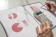 Close-up van mannelijke accountant of financiële adviseur die door gaan royalty-vrije stock foto