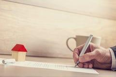 Close-up van mannelijke hand die verzekeringsdocumenten, contract ondertekenen van huis royalty-vrije stock foto's