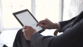 Close-up van mannelijke handen wat betreft digitale tablet stock footage