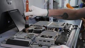 Close-up van mannelijke handen wordt geschoten die bij het demonteren werken en kringsraad in laptop schoonmaken die de bewerker  stock videobeelden