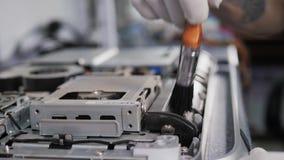 Close-up van mannelijke handen wordt geschoten die bij het demonteren werken en kringsraad in laptop schoonmaken die de bewerker  stock footage