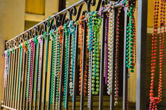 Close-up van Mardi Gras Beads Hanging van een Balkon Royalty-vrije Stock Afbeelding