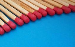 Close-up van matchsticks op een rij over blauwe achtergrond royalty-vrije stock foto's