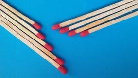 Close-up van matchsticks over blauwe achtergrond stock afbeelding