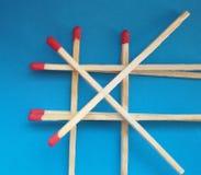 Close-up van matchsticks over blauwe achtergrond royalty-vrije stock afbeeldingen