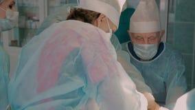 Close-up van medisch team in het ziekenhuis wordt geschoten die plastische chirurgie uitvoeren die stock footage