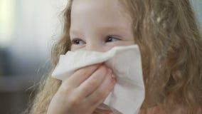 Close-up van meisje die en haar neus met een servet, rheum blazen afvegen stock footage