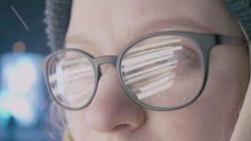 Close-up van meisje in Glazen wordt geschoten dat stock videobeelden