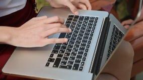 Close-up van meisjes` s handen op laptop Meisje het typen, in openlucht gebruikend laptop stock videobeelden