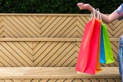 Close-up van meisjesholding winkelen kleurrijk van het winkelen zakken royalty-vrije stock foto