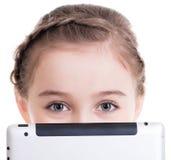 Close-up van meisjezitting met de tablet. stock afbeeldingen