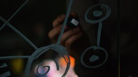 Close-up van mens het schrijven formules op een glas whiteboard voorraad Close-up van een wetenschapper die op de glasformule sch stock footage