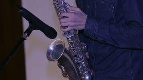 Close-up van mens het spelen op een saxofoon stock footage