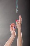 Close-up van menselijke handen die dwarshalsband bereiken Stock Afbeeldingen