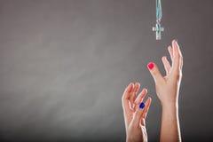 Close-up van menselijke handen die dwarshalsband bereiken Royalty-vrije Stock Foto