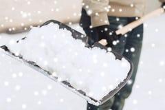 Close-up van mensen gravende sneeuw met schop Stock Foto's