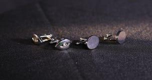 Close-up van mensen` s cufflinks voor een overhemd stock videobeelden