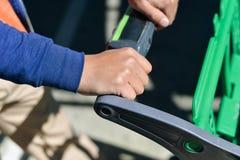 Close-up van mensenhand met boodschappenwagentje Stock Foto's