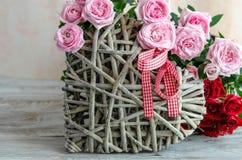 Close-up van met de hand gemaakt houten die hart met rode en roze rozen wordt verfraaid Royalty-vrije Stock Foto