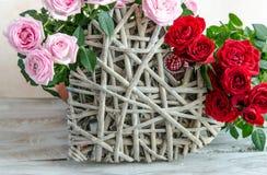 Close-up van met de hand gemaakt houten die hart met rode en roze rozen wordt verfraaid Royalty-vrije Stock Foto's