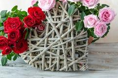 Close-up van met de hand gemaakt houten die hart met rode en roze rozen wordt verfraaid Royalty-vrije Stock Fotografie