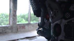 Close-up van metaaldetails van androïde rug lengte Details van achterschouder en handen van menselijke robot op achtergrond van stock videobeelden