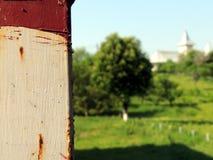 Close-up van metaalpost met rode verf en roest Stock Afbeeldingen