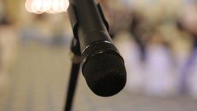 Close-up van microfoon met vage achtergrond stock videobeelden