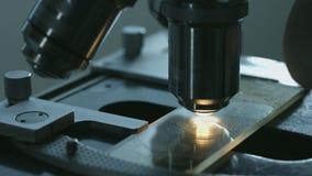 Close-up van microscoop wordt geschoten die stock footage