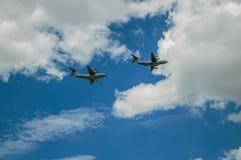 Close-up van militaire vliegtuigen die door de donkere hemel van Parijs overgaan Royalty-vrije Stock Fotografie