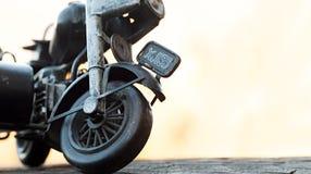 Close-up van miniatuurstuk speelgoed motorfiets op natuurlijke achtergrond Stock Foto