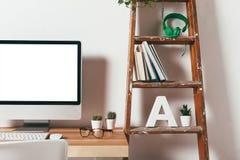 Close-up van minimaal bureau op witte achtergrond Royalty-vrije Stock Fotografie