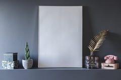 Close-up van model van witte lege affiche in grijze woonkamer int. stock afbeeldingen