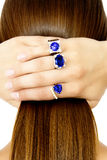 Close-up van Modelwearing tanzanite designer-Ringen stock fotografie