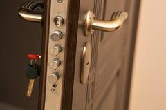 Close-up van modern deurslot wordt geschoten met een sleutel die Lege ruimte Stock Foto