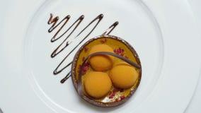 Close-up van moleculair die dessert van witte room en chocoladesaus wordt gemaakt voorraad Gastronomisch voedsel Moleculaire gast royalty-vrije stock afbeeldingen
