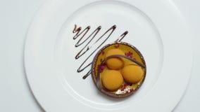 Close-up van moleculair die dessert van witte room en chocoladesaus wordt gemaakt voorraad Gastronomisch voedsel Moleculaire gast stock video