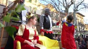 Close-up van mooi jong meisje in de zitting van het koninginkostuum op de troon dichtbij twee ridders en jongen in mantel en kroo stock video