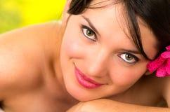 Close-up van mooi jong meisje met bloem op haar Royalty-vrije Stock Foto