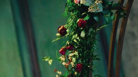 Close-up van mooie bloemen die de boog verfraaien bij de gebeurtenis stock footage