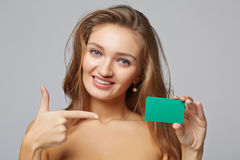 Close-up van mooie glimlachende bedrijfsvrouw die creditcard tonen Royalty-vrije Stock Afbeeldingen