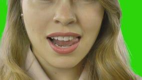 Close-up van mooie mollige lippen van een jong meisje die tong en witte tanden tonen stock video